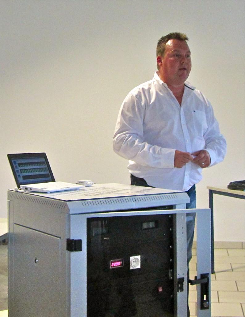 Jens Gröschner erklärt den Stromspeicher