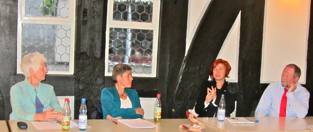 EES-Vorsitzende Dr. Jutta Kneißel, SPD-Bundestagskandidatin Bettina Müller, Schottens Bürgermeisterin Susanne Schaab und Niddas 1. Stadtrat Raimund Becker