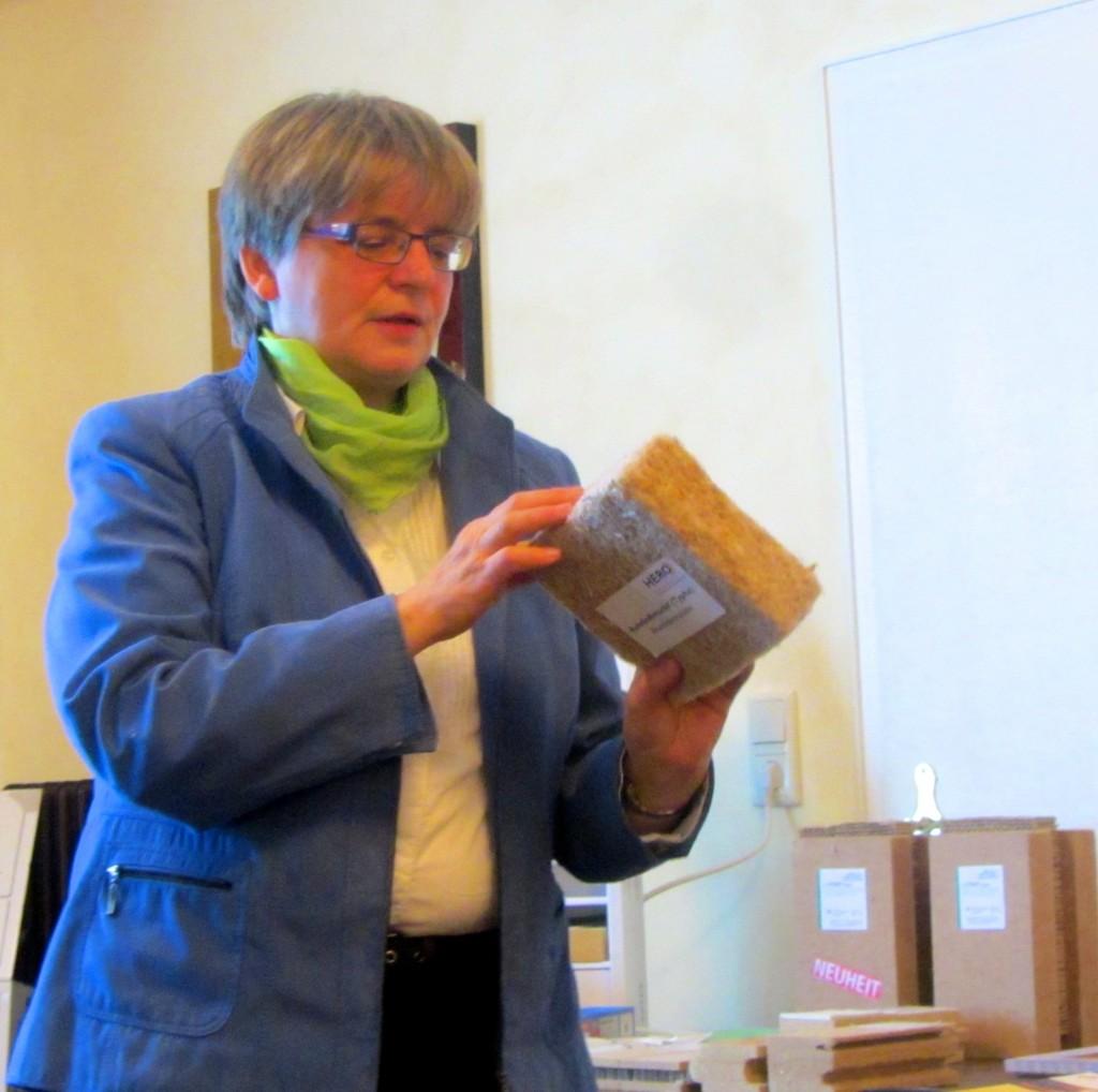 Dipl. Ing. Eva Riks mit einem Naturfaser-Werkstoff