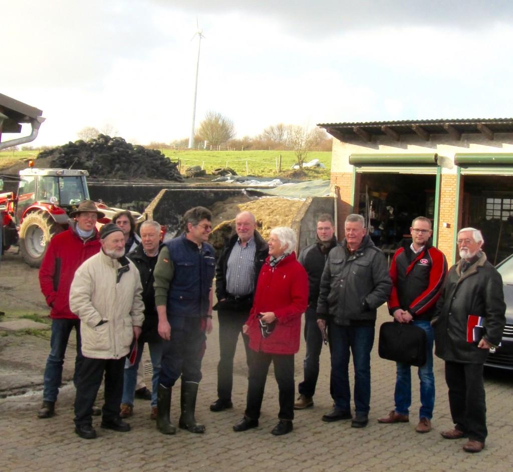 Landwirt Hans-Dieter Stein mit der Besuchergruppe – im Hintergrund die Kleinwindkraft-Anlage