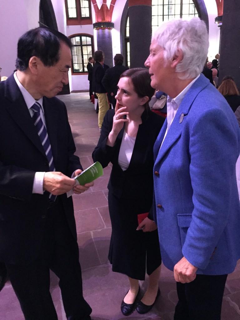 Dr. Jutta Kneißel stellt dem Preisträger den EES vor