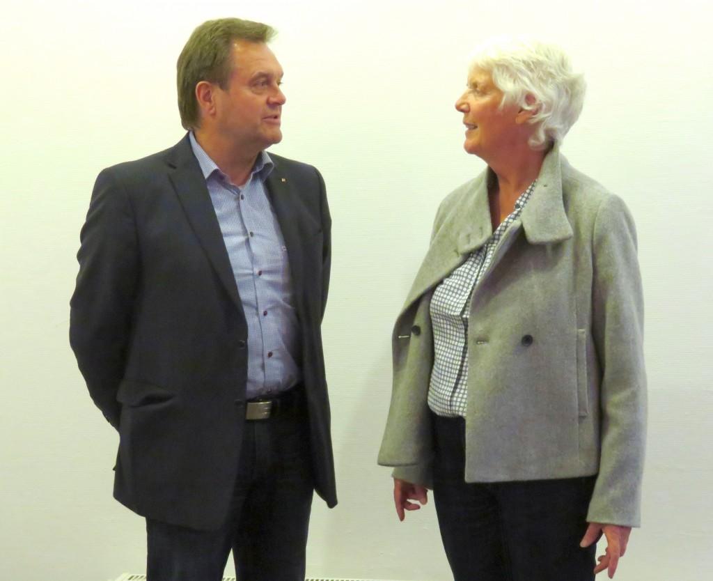 Der Referent Harald Stehl im Gespräch mit der Vereinsvorsitzenden Jutta Kneißel