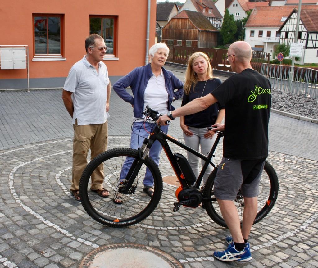 Schottens Bürgermeisterin Susanne Schaab, die EES-Vorsitzende Jutta Kneißel und Andreas Drinkuth lassen sich von Dirk Tredup über E-Bikes beraten