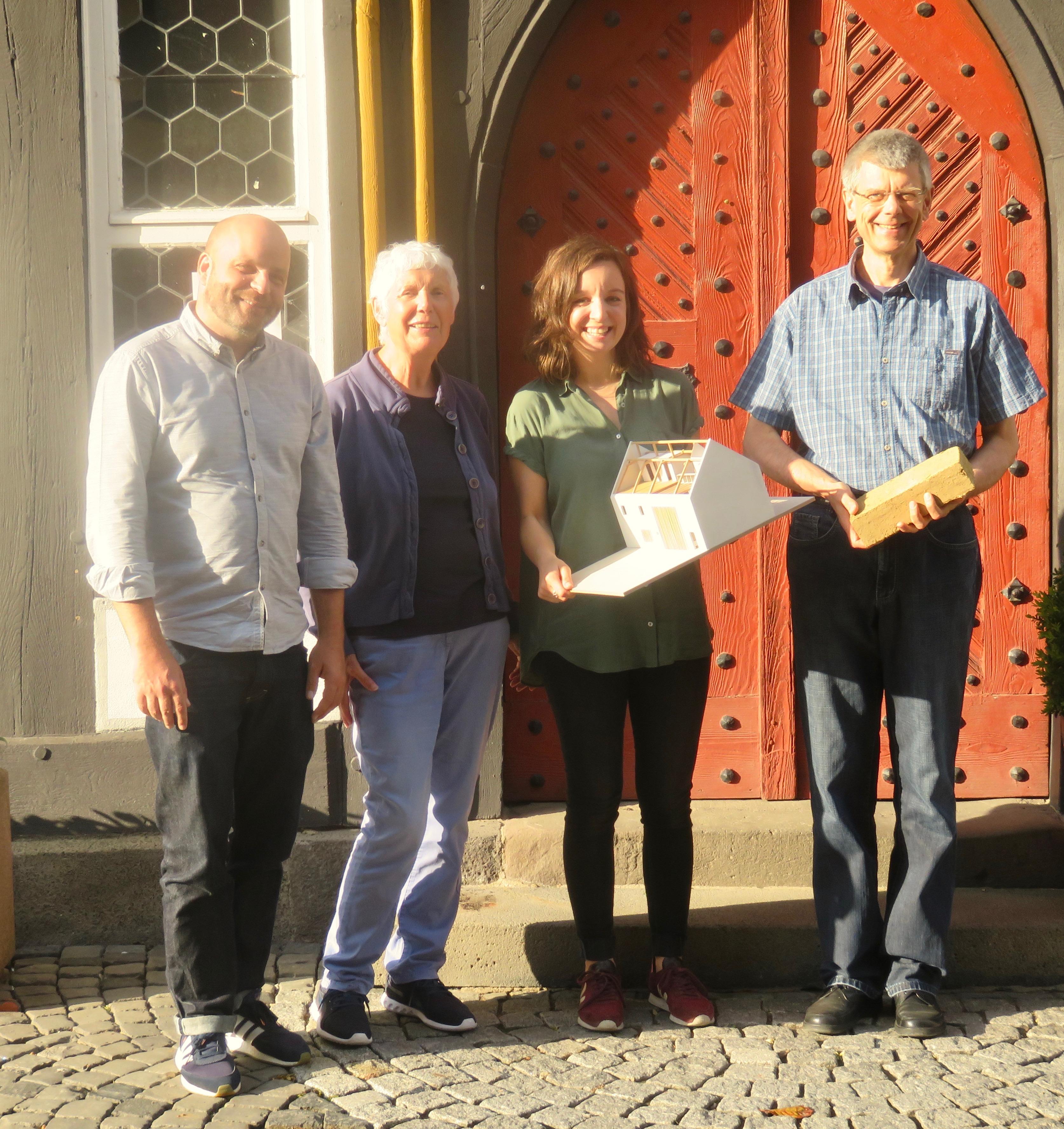 Die Referenten Jochen Karl und Julia Woisetschläger mit den Veranstaltern Jutta Kneißel und Peter Glasstetter vor dem Historischen Rathaus in Schotten